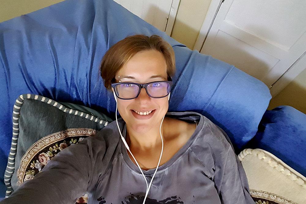 Anne auf dem Hostelsofa in Ulan-Bator